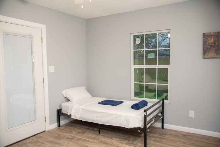 Cozy twin bed close to UTSMC with fast Wifi & TV#8