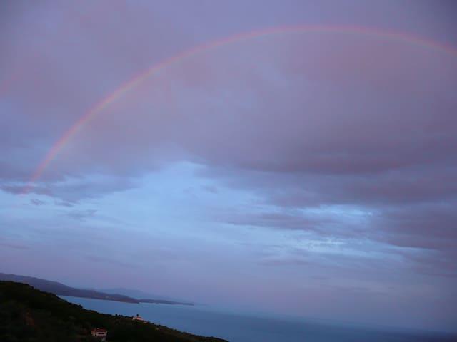 Regenbogen über der Terrasse