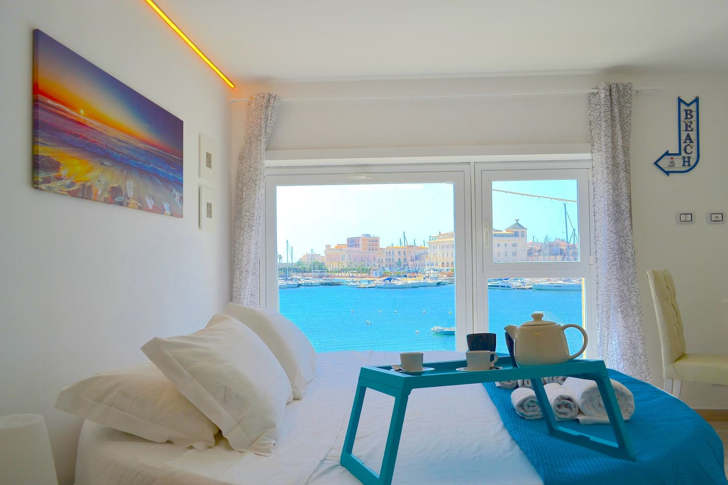 room with round bed with a amazing view of the sea and Ortigia, with jacuzzi in the bedroom