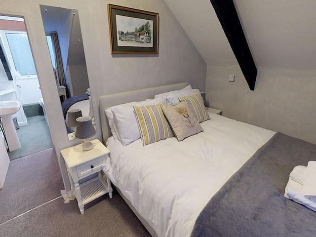 Large 2nd floor room king size bed ,2 single beds