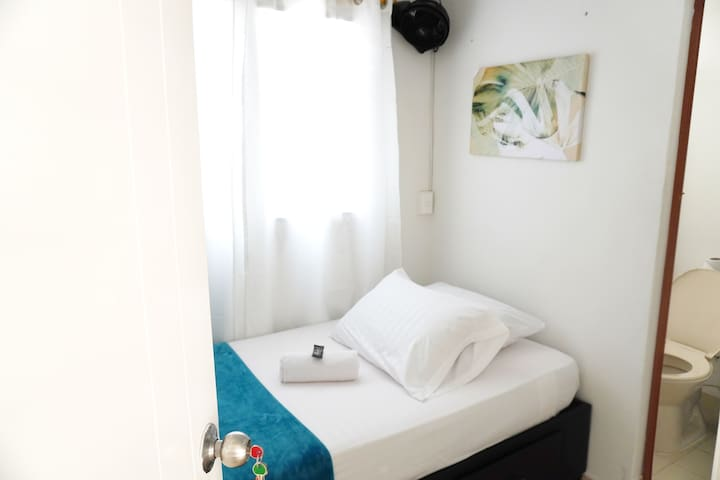 SINGLE ROOM  WITH PRIVATE BATH ON CALLE 70