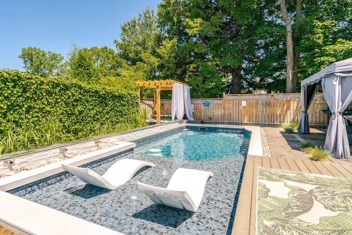 Niagara Falls, ON Luxury pool & hot tub, sleeps 10