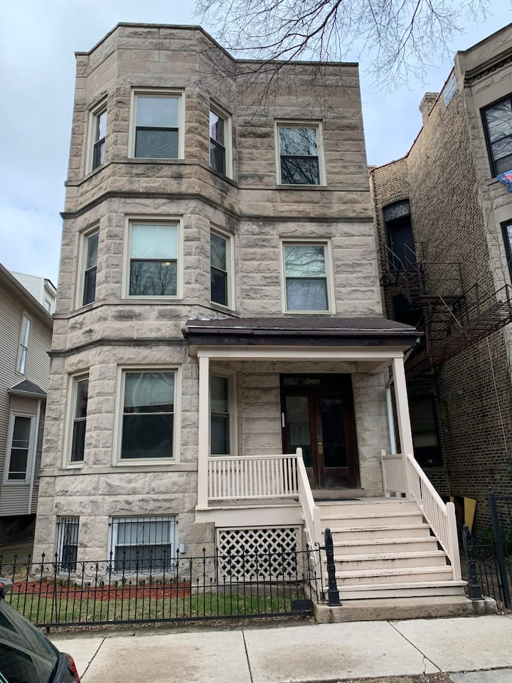 Large 4BR apartment just blocks from Wrigley
