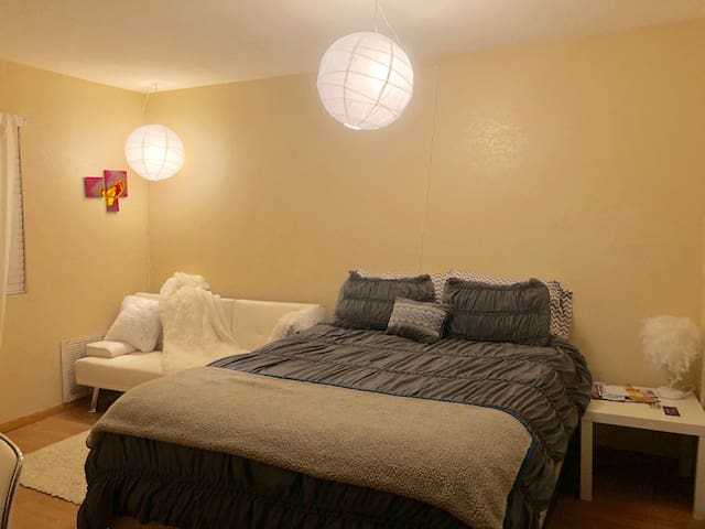 COZY BEDROOM WITH PRIVATE BATH 5 MIN FROM STRIP