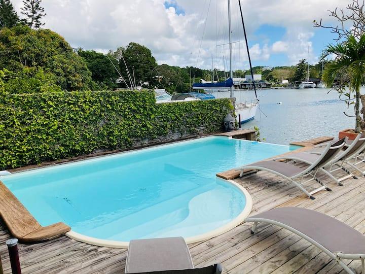 Villa Lagon bleu  piscine ponton privé accès mer