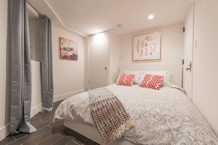Beautifully decorated bedroom where you can enjoy a nice rest In this comfy queen size bed.