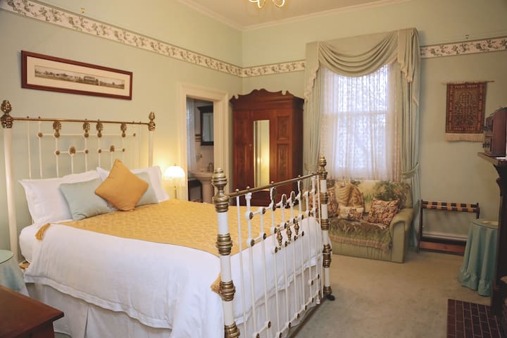 Forgandenny House -Queen Suite Room