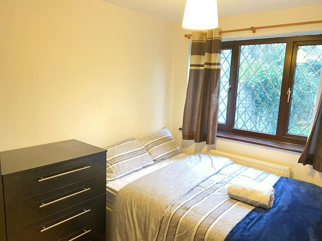 Cosy Double Room- 20 -30 Min to City of London