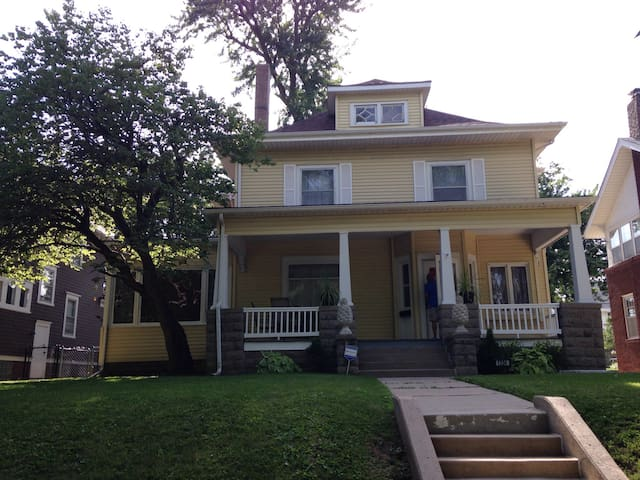 Midtown locale w/separate entrance - Omaha - House