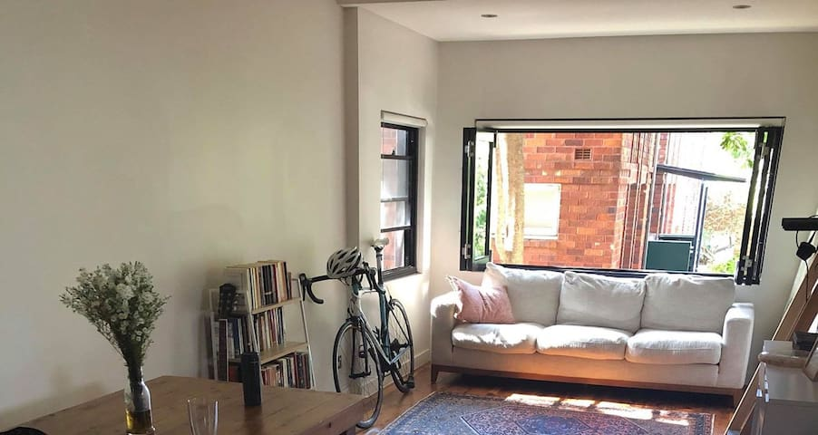 Airy Apartment 4 minute walk to Bondi Beach