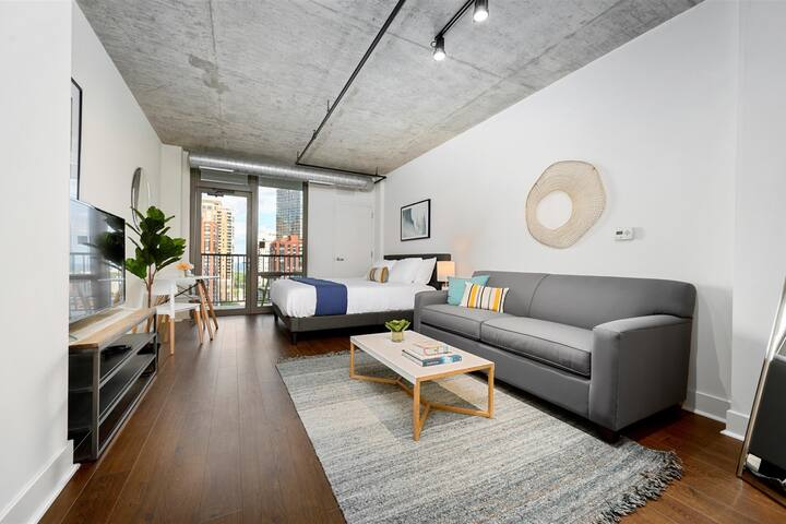 Kasa Chicago | Studio with Balcony + Walk to Grant Park | South Loop