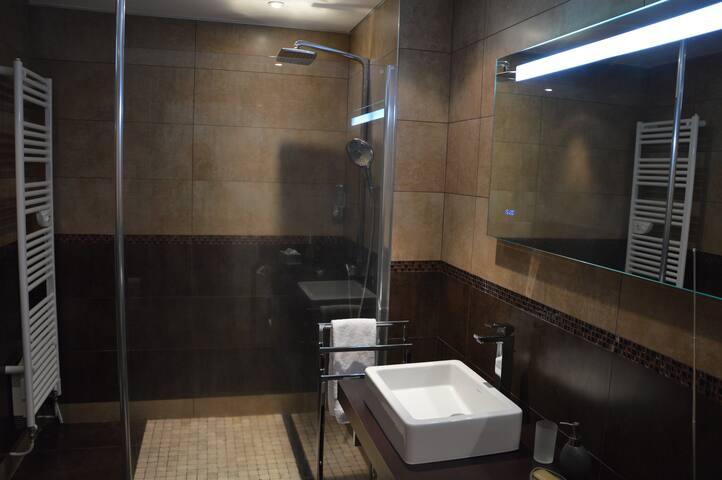 Grande salle d'eau avec douche à l'italienne
