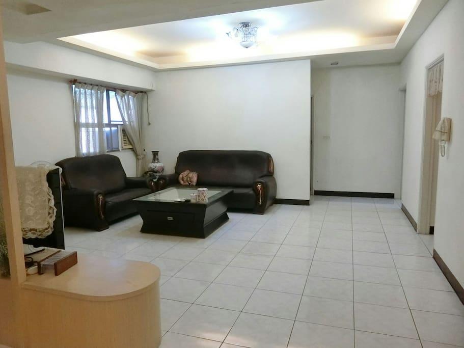 客廳空間很寬敞 可以感覺放鬆 沒有壓迫
