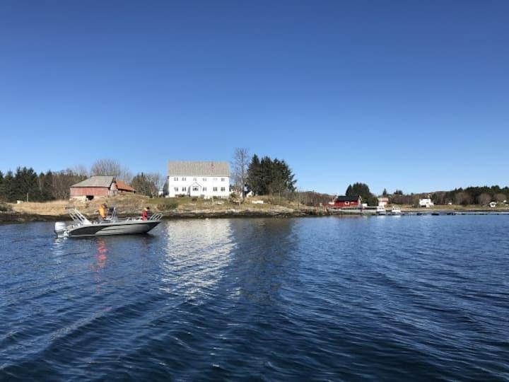 Feriehus Hitra, Dolmøy. Mulighet for å leie båter.