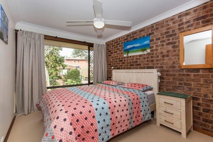 2nd queen sized bedroom.