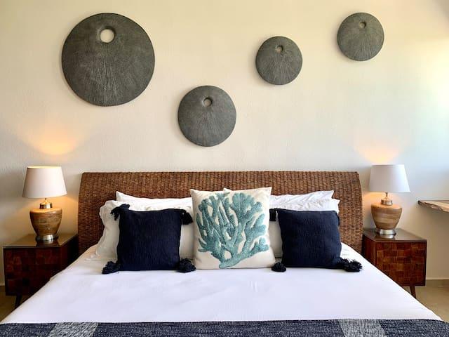 Main bedroom with king size bed / recámara principal con cama king size.