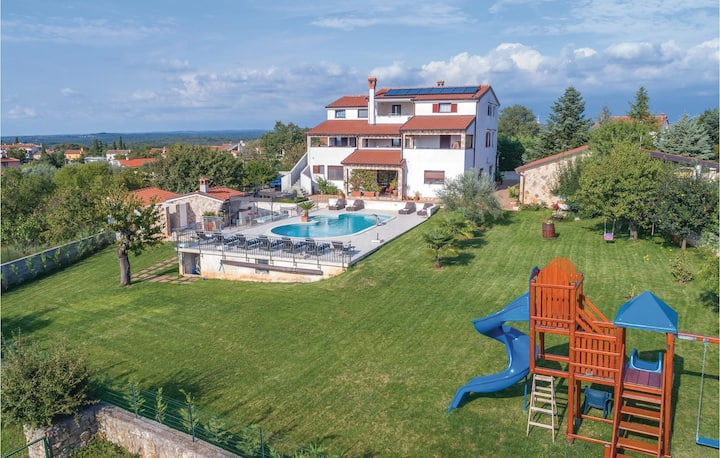 Nice home in Rovinjsko Selo with Jacuzzi, WiFi and 0 Bedrooms
