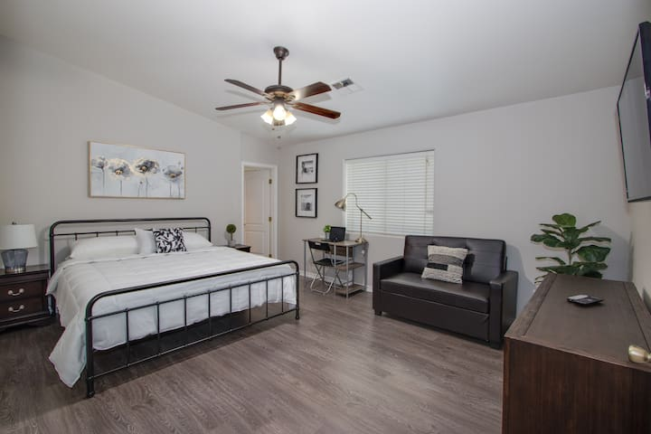 King bed vacation stay for groups and families