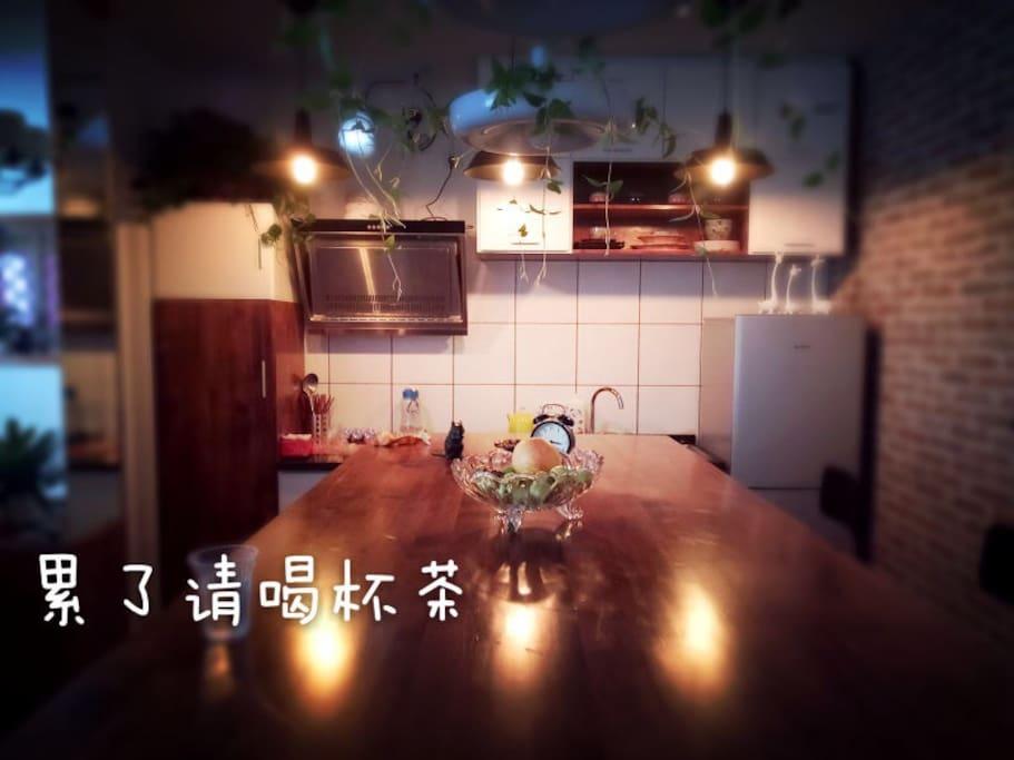 宽宽的吧台,可用来早餐,咖啡,茶。更可用来邂逅吧…