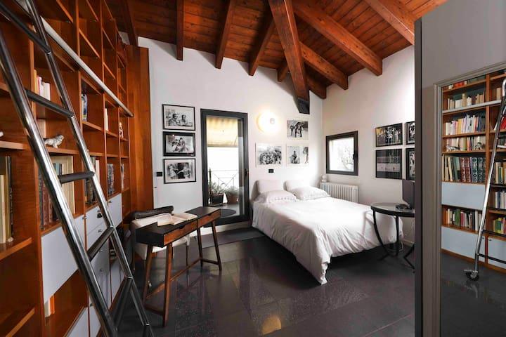 Camera da letto con guardaroba, libreria, scrittoio, TV, aria condizionata, letto matrimoniale, finestre con oscuranti ed accesso diretto all'ampia terrazza