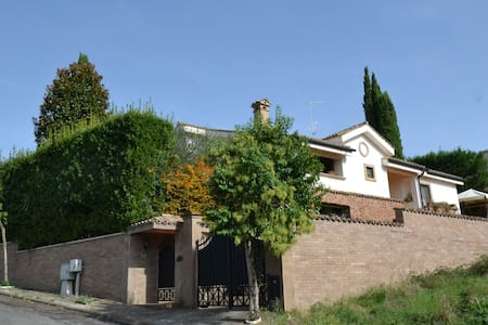 beautiful villa near Rome - Villaggio Adriano - Aamiaismajoitus