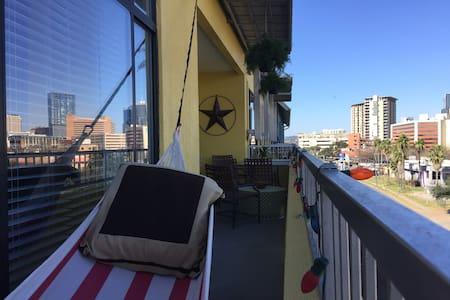 Walk Everywhere, SoCo Luxury & Downtown Views! - Austin - Apartment