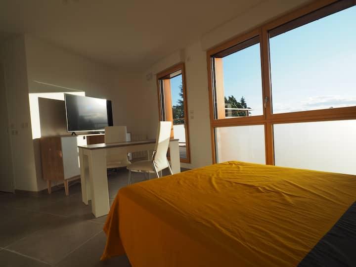 Studio attique avec grand balcon très belle vue