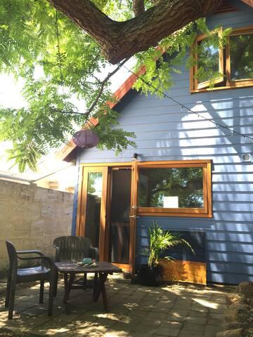 The Blue House Retreat : Fremantle - Hilton - Bungalow