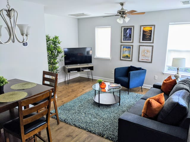 Large Groups ★ Close to Uptown ★ Parking ★ WiFi