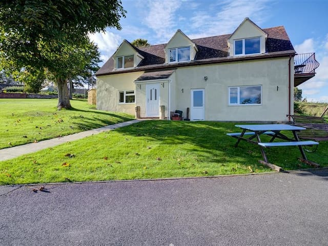 THE CARTINS, pet friendly, with a garden in Selsley, Ref 988646