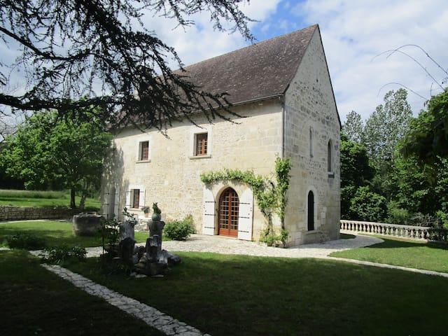 Prieuré en bord de rivière à Brantôme en Périgord
