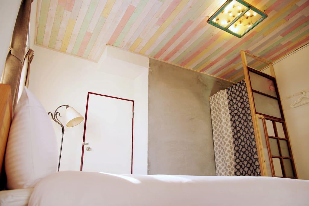 3F [ C套房•天窗房(4人)(可加1床) ] 雙人床一張/日式單人床墊二張 榻榻米小閣樓/小天窗/小陽台 獨立衛浴