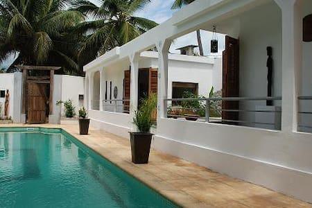 2 bungalows  face a la piscine a 10 m de la plage - ambodrona - Domek parterowy