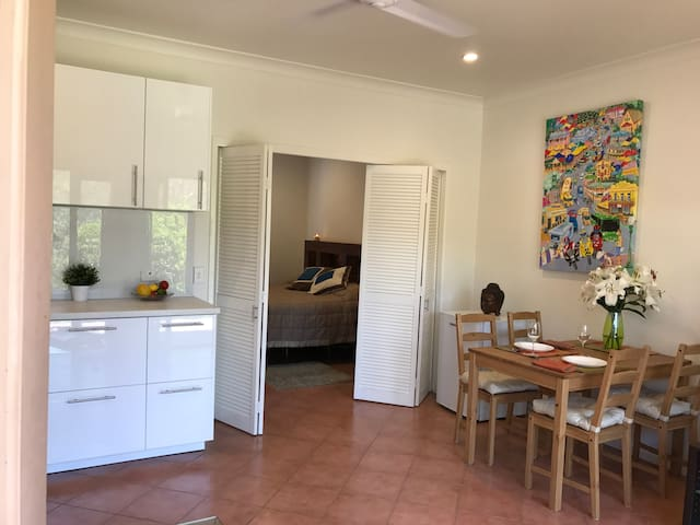 Delightful Flat on Bushy Acreage at Pinjarra Hills - Pinjarra Hills - Casa