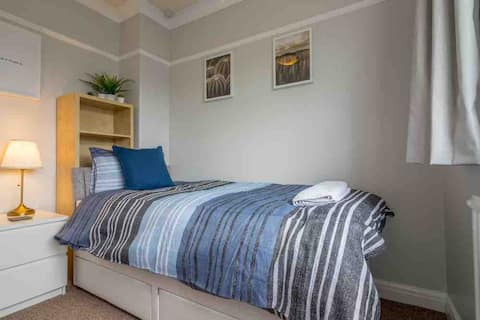 Warm and cosy single room in York. Parking
