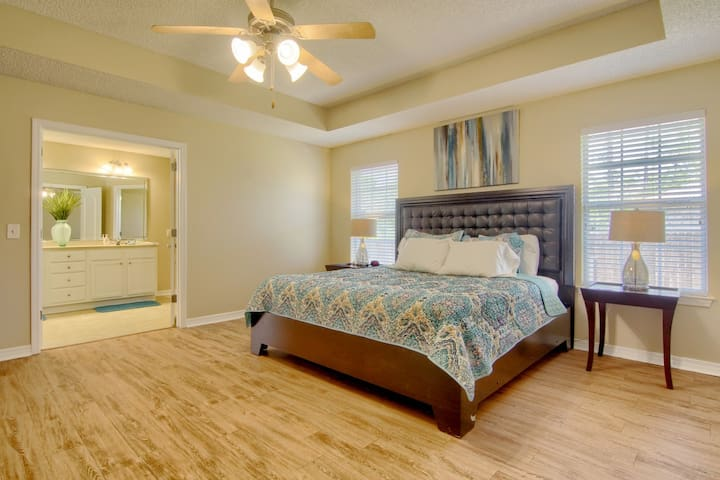 King Size Bed · 10 min to Dining · 20 to Beach