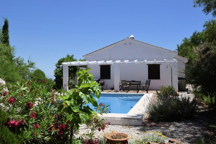 Well located holidayhome with private pool, privacy and Wifi