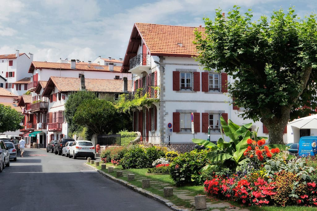 Vue résidence depuis le jardin face à la mairie de Ciboure proche des commodités