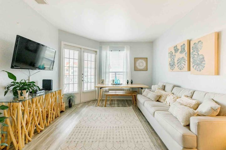★ Waterfront & Steps from Beach ★ 2 Queen Beds