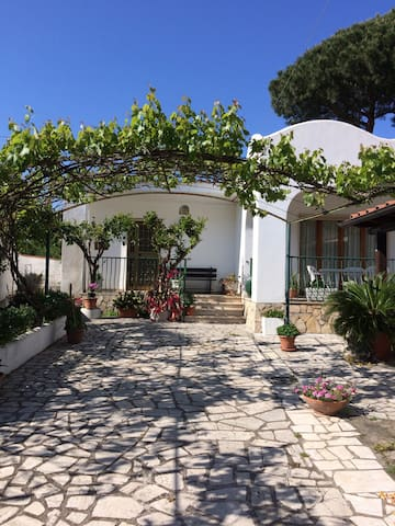 Accogliente villetta con parcheggio - San Felice Circeo - Huis