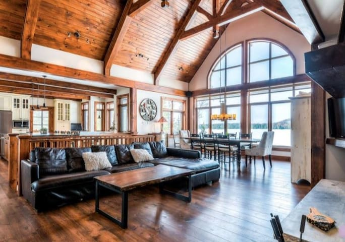 Stunning Waterfront Chalet with Incredible Views/Private Hot Tub (418262)