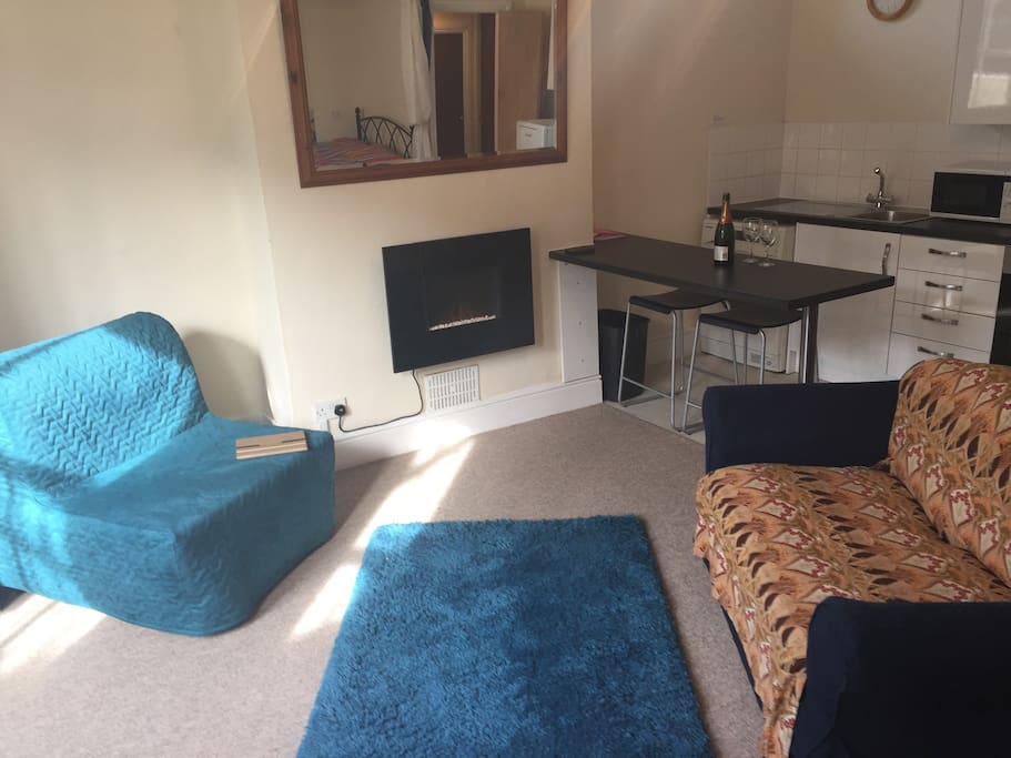 Single sofa bed, cosy fire, modern kitchen!