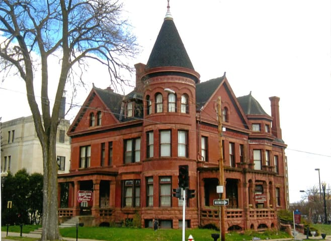 AA Cooper Mansion - Dubuque