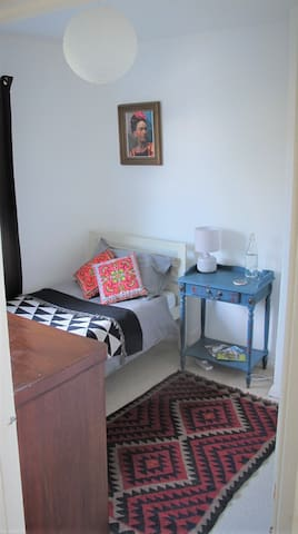 Stylish Single Room - FEMALE GUESTS ONLY