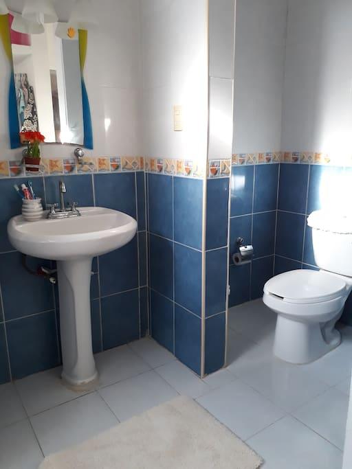 El baño es amplio con vestidor y Agua caliente.