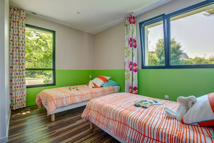 La chambre nº4 dispose de deux lits de 90x200cm (possibilité de faire un seul lit de 180x200cm) et pour les enfants : livres, jeux et jouets, ...