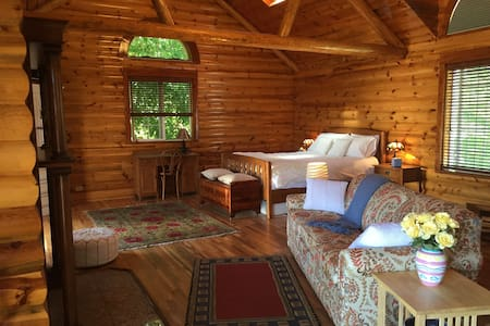 The Peaceful Log Room: 1 Bedroom Guesthouse - Central Point