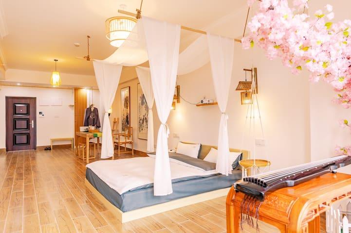 精选上乘乳胶床垫、全棉床上用品、五星级酒店同款羽绒纤维枕,入睡时更舒适,颈部更放松。