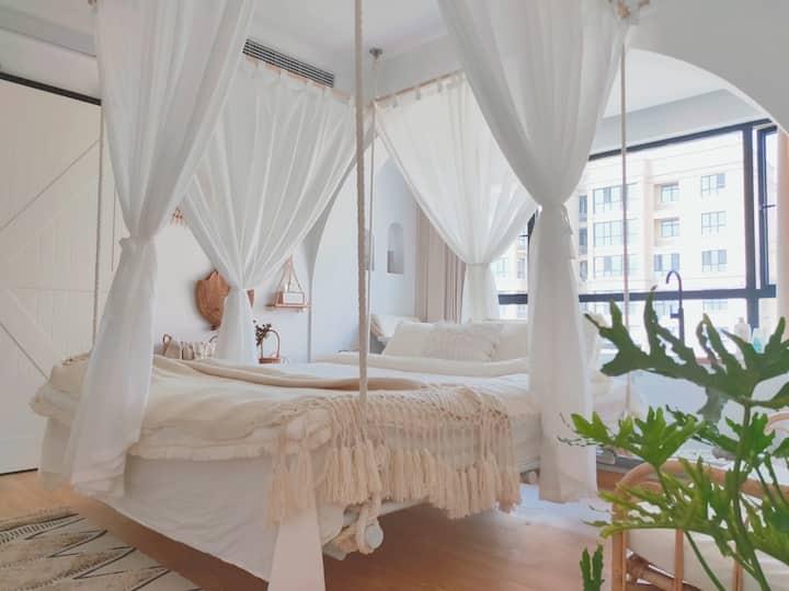 设计师民宿『以木』   摩洛哥纯白色系。大大吊床房
