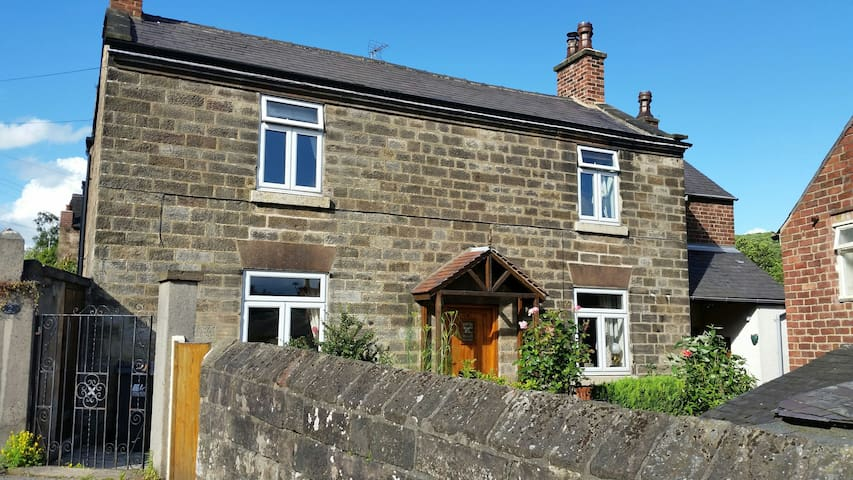 Character (18c) cottage: edge of historic Belper - Belper - Casa